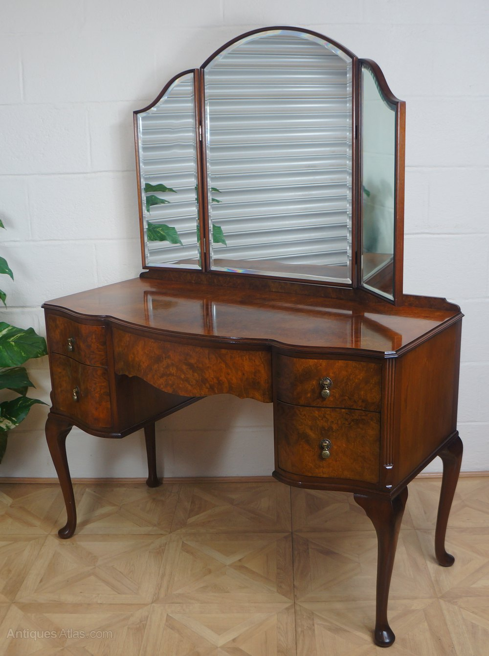 Burr walnut early 20thc serpentine dressing table for Walnut dressing table