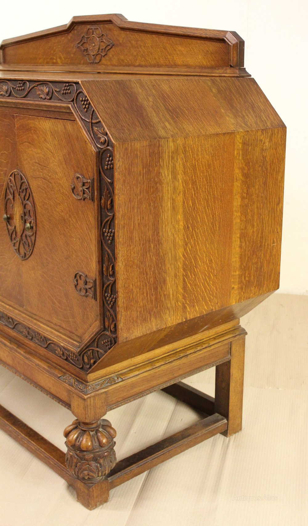 art deco oak grape and vine sideboard antiques atlas. Black Bedroom Furniture Sets. Home Design Ideas