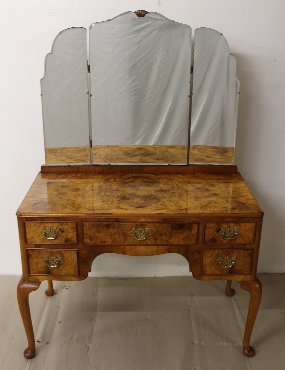 Burr walnut dressing table antiques atlas for Walnut dressing table