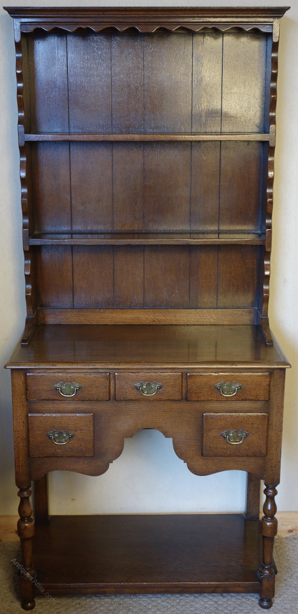 Distressed oak dresser antiques atlas for Vintage furniture dealers