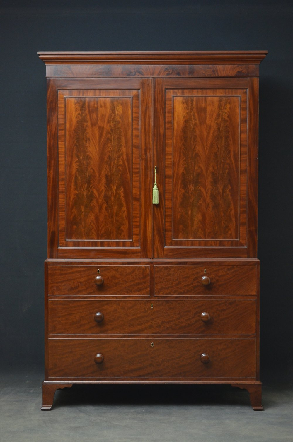 Fine quality regency mahogany linen press antiques atlas for Linen press