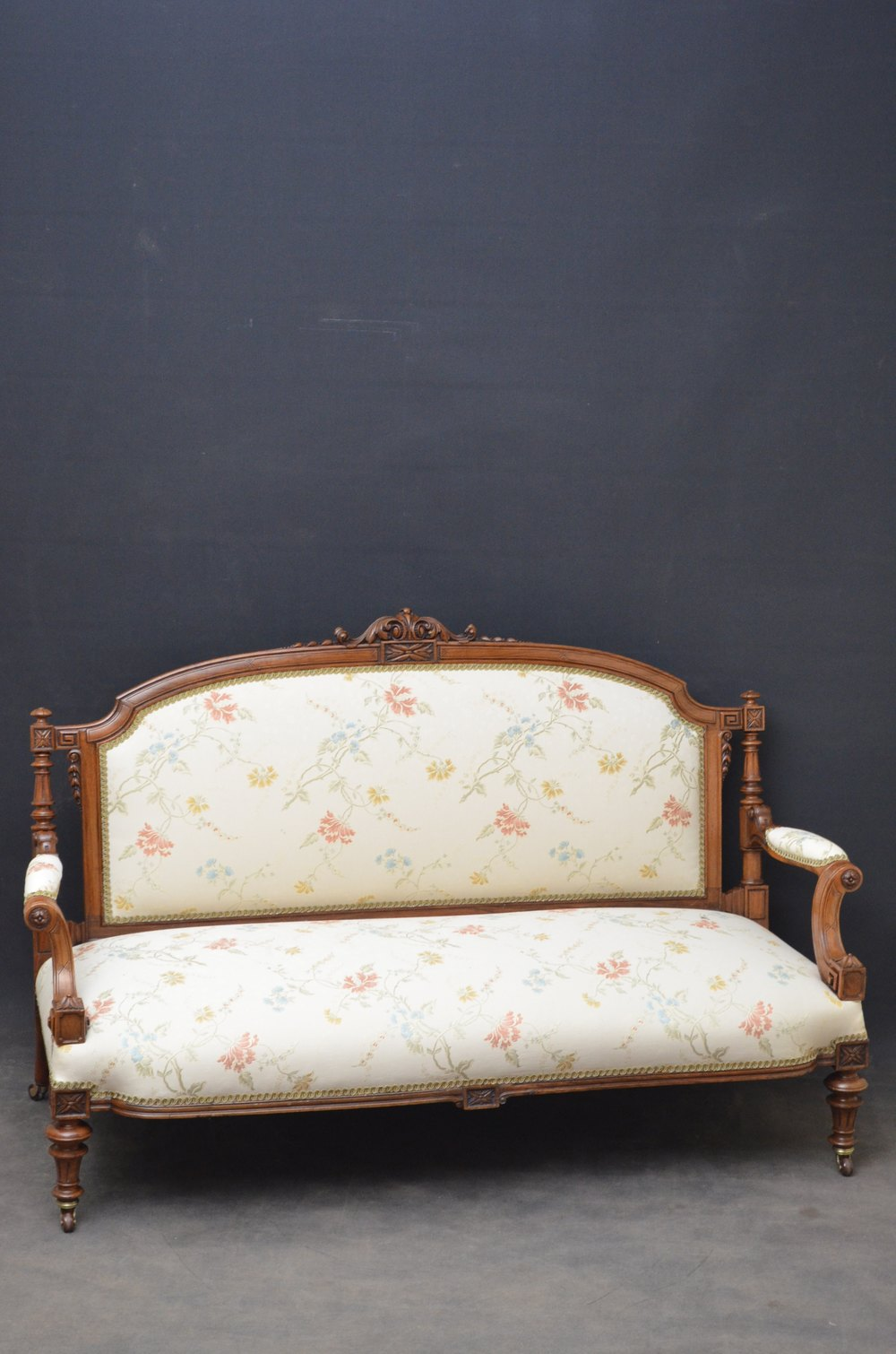 Fine quality victorian sofa walnut settee antiques atlas for Settees and sofas