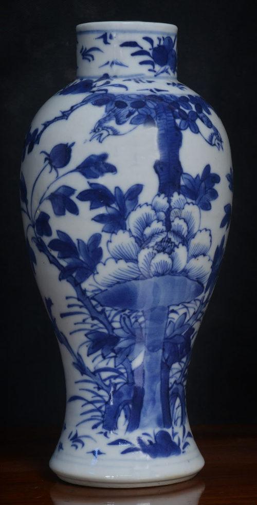 vases blue and white