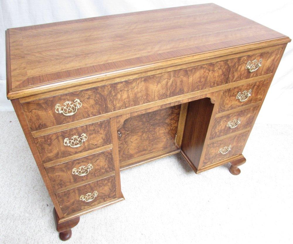 Burr walnut kneehole dressing table antiques atlas for Walnut dressing table