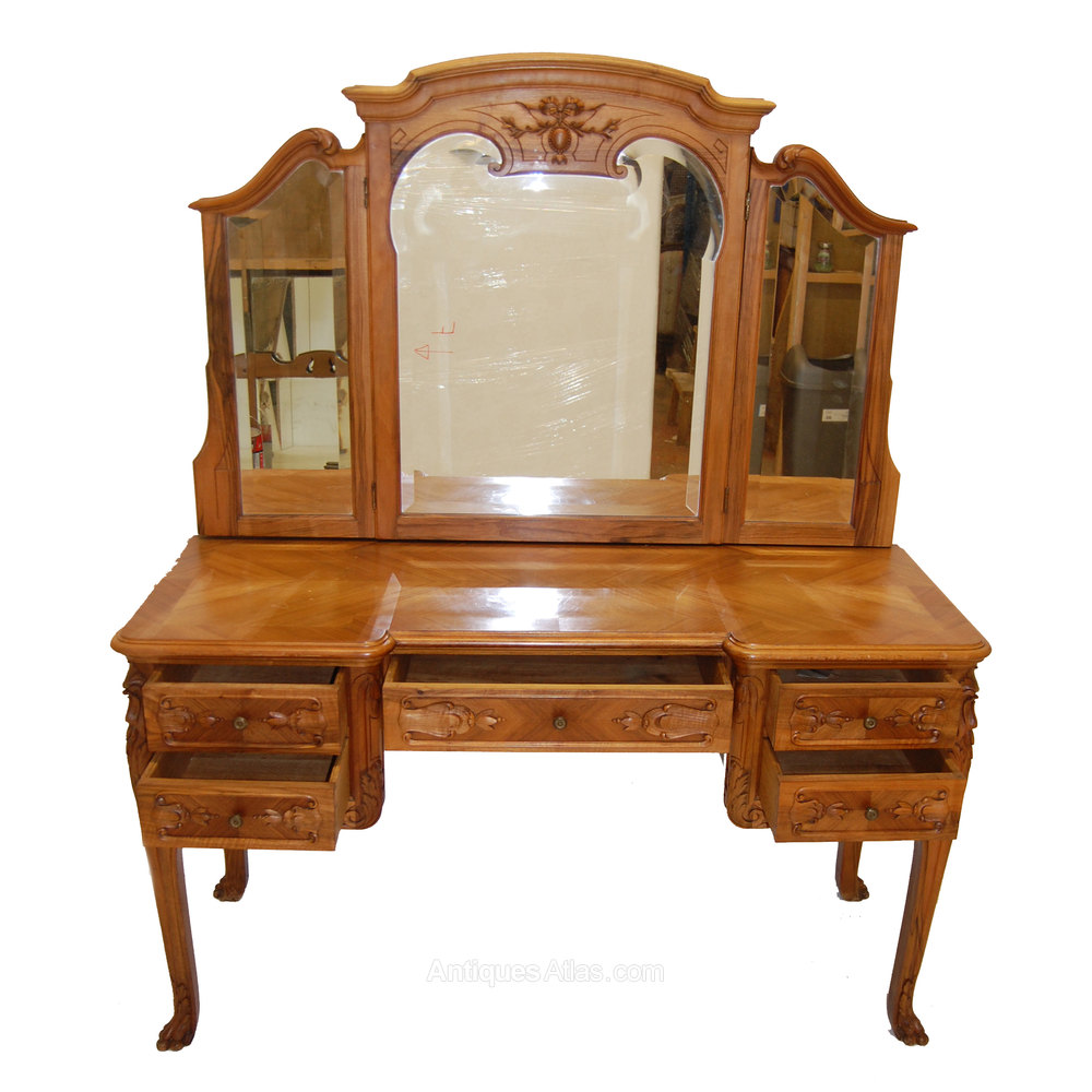 A beautiful french louis xv style dressing table for Dressing table
