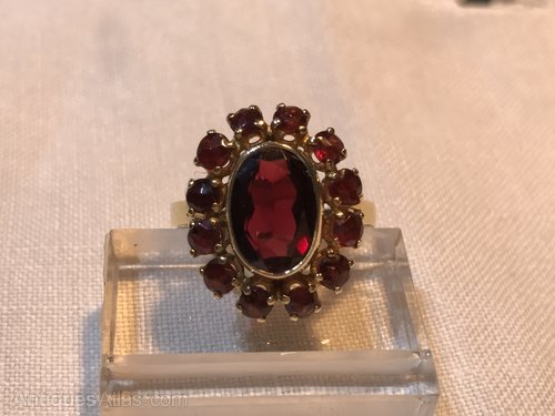 Stunning Vintage Rich Red Garnet & Gold ring