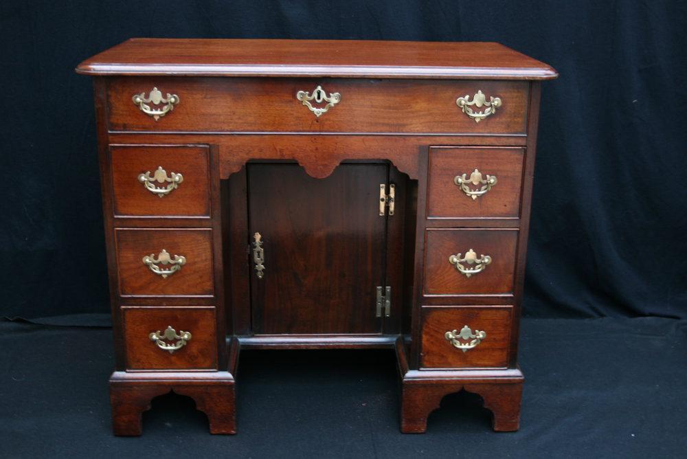 Antique Kneehole Desk - Antique Kneehole Desk - Antiques Atlas